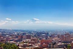 Yerevan Armenien - 26 September, 2016: En sikt av Yerevan från kaskadkomplexet i solig dag och sikt på Ararat arkivfoto