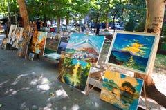 Yerevan Armenien - 26 September, 2016: Målningar för försäljning i Martiros Saryan parkerar Vernissage Arkivfoto