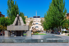 Yerevan Armenien - September 26, 2016: Staty av Alexander Tamanyan framme av kaskadkomplexet Arkivfoton