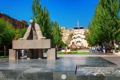 Yerevan Armenien - September 26, 2016: Staty av Alexander Tamanyan framme av kaskadkomplexet Arkivfoto