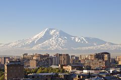 Yerevan, capitale dell'Armenia all'alba con il monte Ararat sui precedenti Immagini Stock