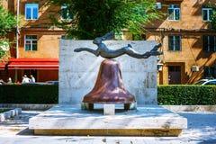 Yerevean, Armenia - 26 Maj, 2016: królik statua na dzwonie Sztuka Współczesna w Cafesjian rzeźby ogródzie w centrum miasta Zdjęcia Stock