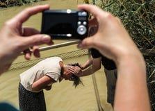 YERICHO, ИЗРАИЛЬ - 14-ОЕ ИЮЛЯ 2014: Miej Jordanu w wodach Chrzest w Стоковые Фотографии RF