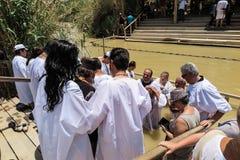 YERICHO, ISRAËL - JULI 14, 2014: Chrzest w wodach Jordanu w miej Stock Foto's