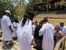 YERICHO, ISRAËL - JULI 14, 2014: Chrzest w wodach Jordanu w miej Stock Foto