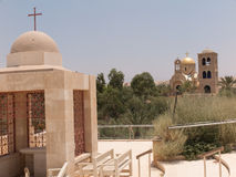 YERICHO ISRAEL - JULI 14, 2014: Chrzest w wodachJordanu w miej Arkivbild
