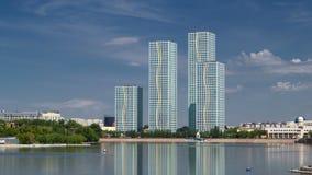 Yesil与住宅复合体现代塔的河timelapse在阿斯塔纳 影视素材