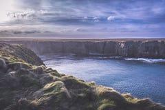 Yesnaby,奥克尼-峭壁和波浪 免版税库存照片