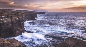 Yesnaby, Orkney - penhascos e ondas Imagem de Stock