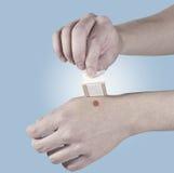Yeso curativo adhesivo en la mano. Foto de archivo