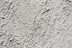 Yeso gris en una pared con las grietas Imagenes de archivo