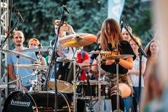 Yessentuki, έδαφος Stavropol/Ρωσία - 12 Αυγούστου 2017: φεστιβάλ τυμπανιστών νέα τύμπανα παιχνιδιών γυναικών στη σκηνή στη συναυλ στοκ εικόνα με δικαίωμα ελεύθερης χρήσης