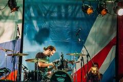 Yessentuki, территория Stavropol/Россия - 12-ое августа 2017: фестиваль барабанщиков музыкант на этапе играя drumsticks на бараба стоковые фото