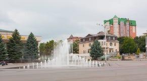 YESSENTUKI, RUSIA - 5 DE AGOSTO DE 2013: La fuente en el centro de Yessentuki Essentuki es un centro turístico de la ciudad situa foto de archivo libre de regalías