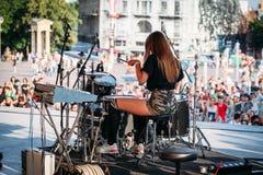Yessentuki, Stavropol-Gebiet/Russland - 12. August 2017: Schlagzeugerfestival junge Frau spielt Trommeln auf Stadium auf Konzert  lizenzfreie stockfotos