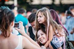 Yessentuki, Stavropol-Grondgebied/Rusland - Augustus 12, 2017: het mooie mooie blonde van het meisjeskind met roze haarzitting op stock afbeeldingen