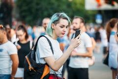Yessentuki, Stavropol-Grondgebied/Rusland - Augustus 12, 2017: jonge vrouwenneformalka met gekleurd blauw haar die telefoon bekij stock afbeeldingen