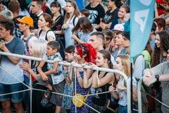 Yessentuki, Stavropol-Grondgebied/Rusland - Augustus 12, 2017: menigte van ventilators bij overleg in openlucht achter omheining stock afbeelding