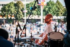 Yessentuki Stavropol terytorium, Rosja, Sierpień,/- 12, 2017: dobosza festiwal muzyk na scenie bawić się drumsticks na bębenach zdjęcie stock