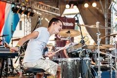 Yessentuki, território de Stavropol/Rússia - 12 de agosto de 2017: festival dos bateristas músico feliz na fase que joga pilões e fotos de stock