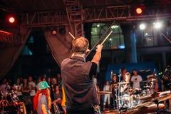 Yessentuki, território de Stavropol/Rússia - 12 de agosto de 2017: o baterista no concerto levantado acima cola a vista traseira imagem de stock