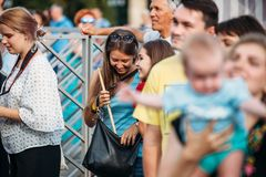 Yessentuki, territoire de Stavropol/Russie - 12 août 2017 : le festival de batteurs drumfest la fille heureuse a attrapé le pilon photographie stock libre de droits