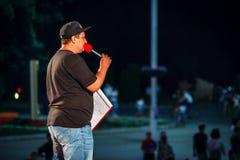 Yessentuki, territorio de Stavropol/Rusia - 12 de agosto de 2017: el llevar en la etapa que habla en el micrófono al aire libre imágenes de archivo libres de regalías