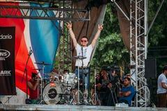 Yessentuki, territorio di Stavropol'/Russia - 12 agosto 2017: festival dei batteristi il batterista in scena ha sollevato le sue  fotografia stock