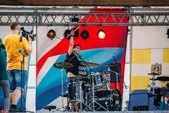 Yessentuki, territorio di Stavropol'/Russia - 12 agosto 2017: festival dei batteristi più drumfest la ragazza felice ha preso le  immagine stock libera da diritti