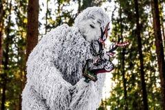 Yeti bajki charakter w zimy fantazi lasowej Plenerowej fotografii Fotografia Royalty Free