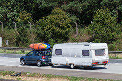 Yeti de Skoda con los kajaks y la caravana Fotos de archivo