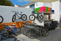 ` YEU, FRANKRIKE - MAJ 23, 2016 FÖR ILE D: Uthyrnings- station för privat cykel Arkivbilder