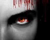 Yeux étrangers noirs mauvais de vampire ou de zombi Fermez-vous vers le haut du tir photos stock