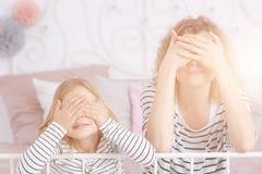 Yeux de bâche de fille et de maman Photographie stock libre de droits