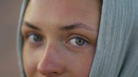 Yeux de belle jeune femme avec l'écharpe sur la tête banque de vidéos