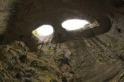 Yeux de Dieu, caverne de Prohodna, Bulgarie image stock
