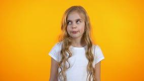 Yeux de fille vilaine attirante et tête de roulement de secousse, services de recommandation clips vidéos