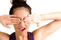 Yeux de revêtement de femme avec ses mains Photos stock
