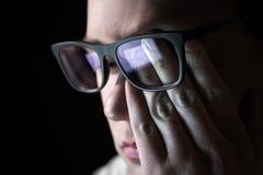 Yeux fatigués de frottement d'homme Problème avec des verres, la vue ou la vision photos libres de droits