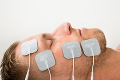 Yeux fermants d'homme avec des électrodes sur le visage Photos stock