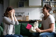 Yeux fermants de mari affectueux d'épouse présentant la surprise romantique Photos stock