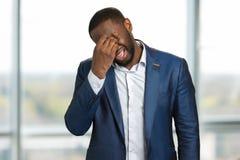 Yeux pleurants de chiffon d'homme d'affaires Photos libres de droits