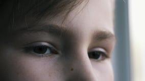 Yeux très tristes et déprimés de l'adolescent L'adolescent est déprimé banque de vidéos