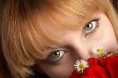 Yeux verts et fleurs photos libres de droits