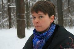 Yevgenia Chirikova en el bosque de Khimki, dijo a los periodistas sobre la importancia de este ecosistema Foto de archivo