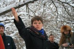 Yevgenia Chirikova en el bosque de Khimki, dijo a los periodistas sobre la importancia de este ecosistema Fotos de archivo libres de regalías