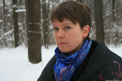 Yevgenia Chirikova na floresta de Khimki, disse os journalistas sobre a importância deste ecossistema Foto de Stock