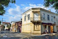 Yevpatoria, Crimea, Lipiec, 04, 2016 Kobiety odprowadzenia past sklep niepotrzebne rzeczy przy skrzyżowaniem Tuchina Muze i ulica Fotografia Royalty Free