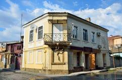 Yevpatoria, Crimea, Lipiec, 04, 2016 Nikt sklep niepotrzebne rzeczy przy skrzyżowaniem, Tuchina ulica i Muzeyniy pas ruchu Obrazy Stock