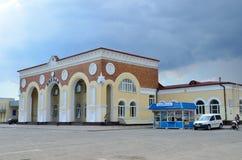 Yevpatoria, Crimea, Lipiec, 04, 2016 Samochody blisko dworca w Yevpatoria w chmurnej pogodzie Zdjęcia Royalty Free